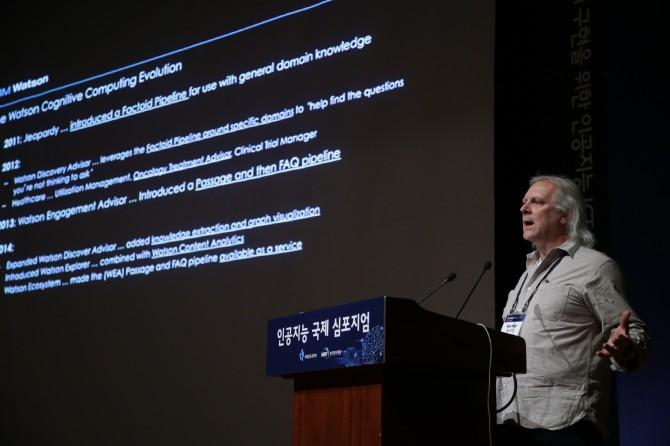 로버트 하이 IBM 기술개발책임자는 16일 서울 강남구 코엑스에서 열린 '인공지능 국제심포지엄'에서 연사로 나서 사람의 언어를 있는 그대로 이해하고 상호작용할 수 있는 '인식 컴퓨팅' 기술의 중요성을 강조했다. - 한국전자통신연구원(ETRI) 제공